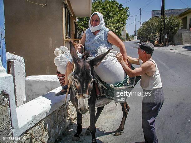Senior griechischen Paar mit ihr Esel