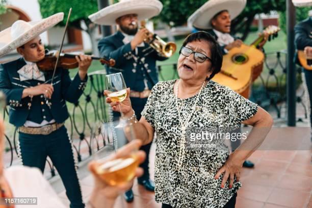 celebración de la reunión del grupo senior en méxico - cinco de mayo fotografías e imágenes de stock