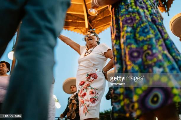 senior groep reünie viering in mexico - nosotroscollection stockfoto's en -beelden