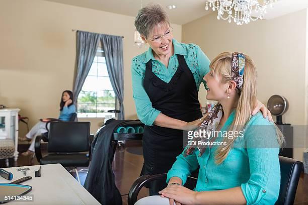 シニア hairstylist 挨拶サロンのお客様にヘアカットのご予約