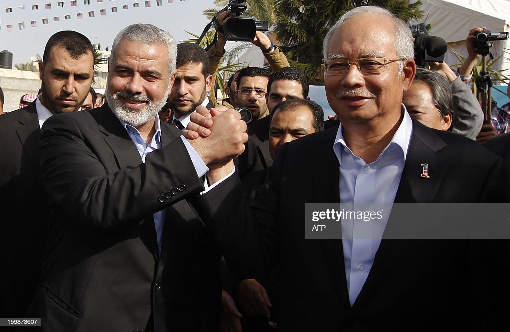 Senior Hamas leader Ismail Haniyeh (L) greets Malaysian Prime Minister Najib Razak during Najib's visit in Gaza City January 22, 2013. AFP PHOTO/Mohammed Salem/POOL