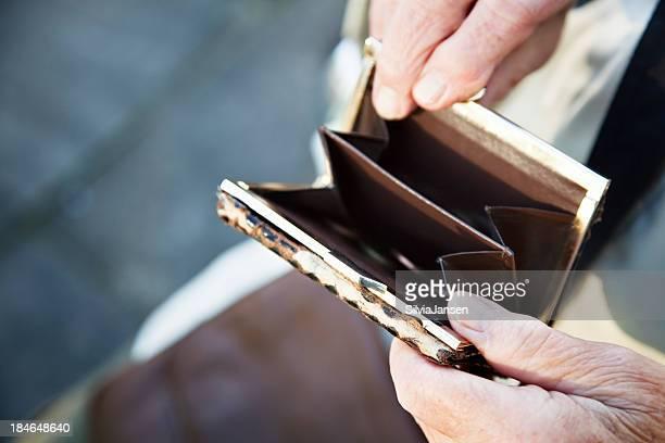 senior Hände holding alte purse