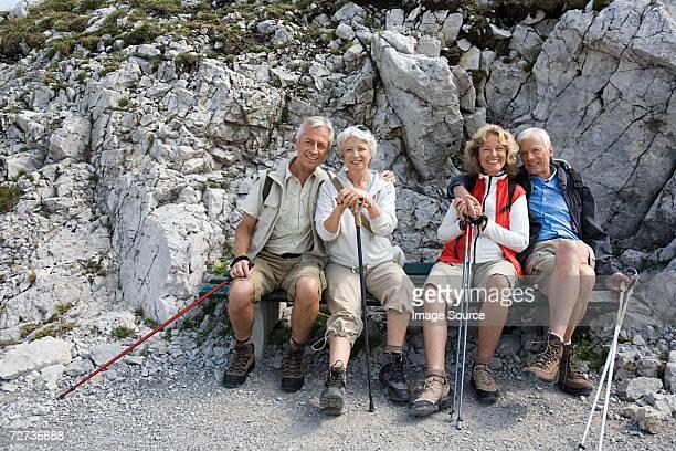 senior hiking couples - beieren stockfoto's en -beelden