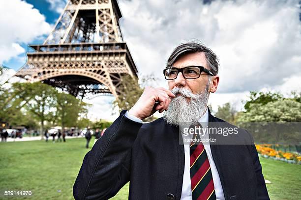 hipster Senior homme d'affaires Portrait de la tour Eiffel