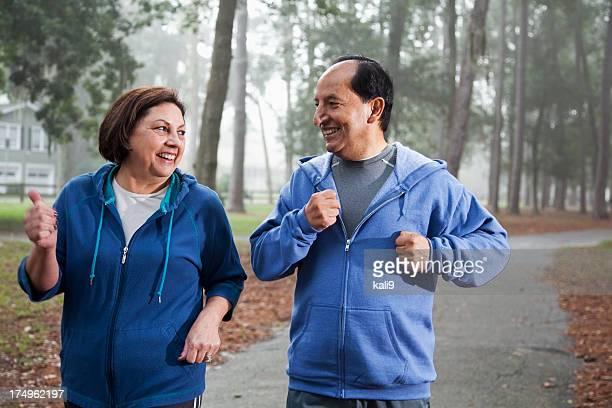 Senior couple hispanique jogging dans le parc