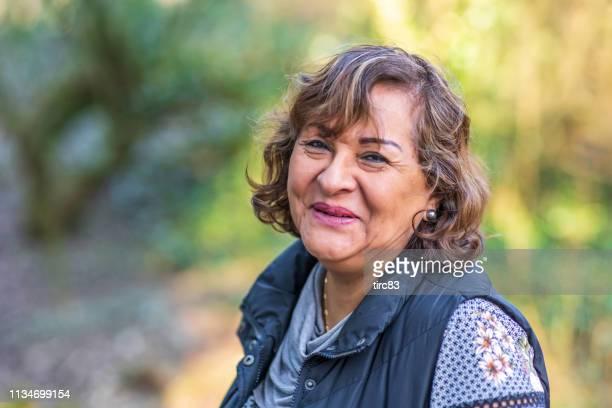 田舎のシニアヒスパニック系女性肖像画 - スペイン・ポルトガル系民族 ストックフォトと画像