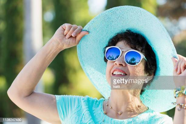 senior hispanic woman wearing sunglasses - wide brim stock pictures, royalty-free photos & images
