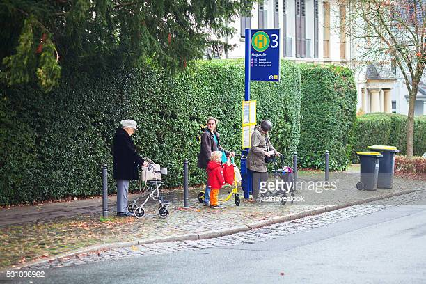 Senior-holding Fußgänger und Frau mit Kind im bus