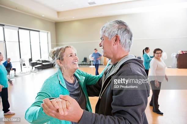 Senior Mann und Frau nehmen Sie Tanzunterricht