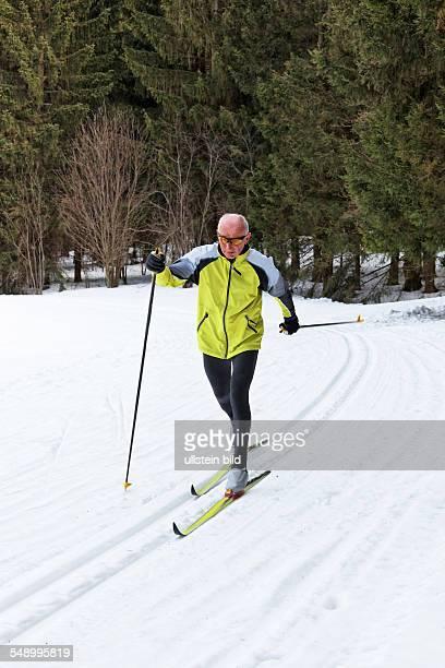 Senior im Winter beim Langlauf mit Skiern