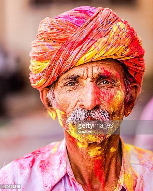 alter indischer mann feiert holi festival - holi stock-fotos und bilder