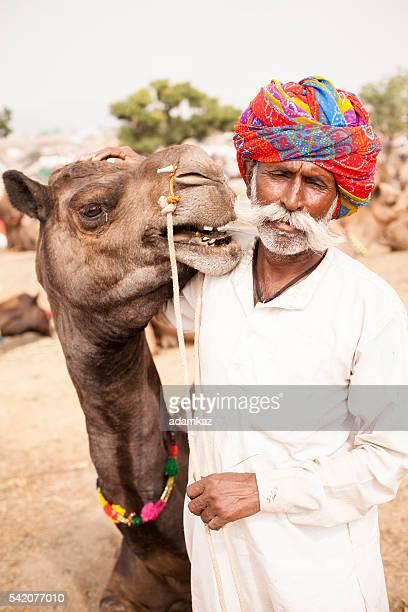Alter indischer Mann mit Kamel in Kamelmarkt von Pushkar