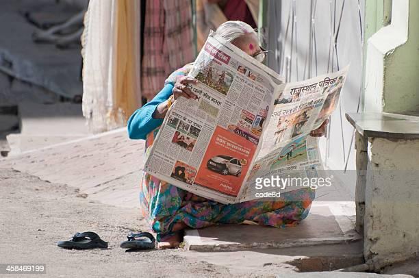India Senior mujer leyendo el periódico