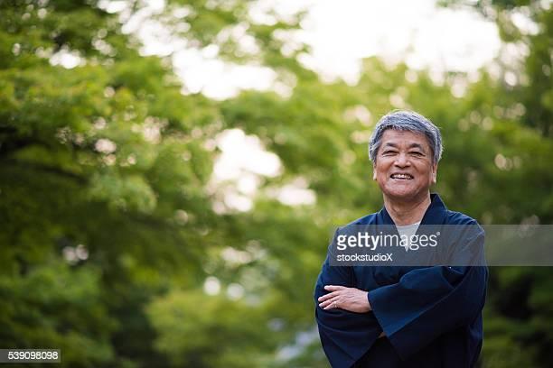 Senior japanische Mann in traditioneller Kleidung