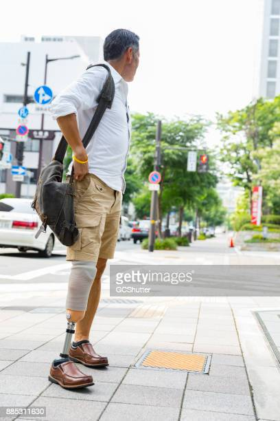 Senior Japanse man kijken terug hoe lang hij liep tot nu toe