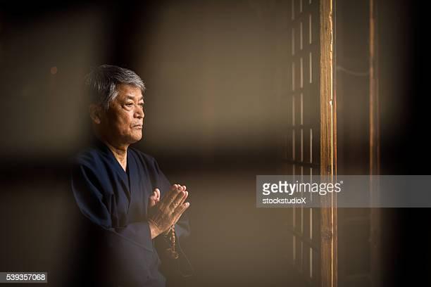 日本の老人男性を差すの寺院 - 神社 ストックフォトと画像