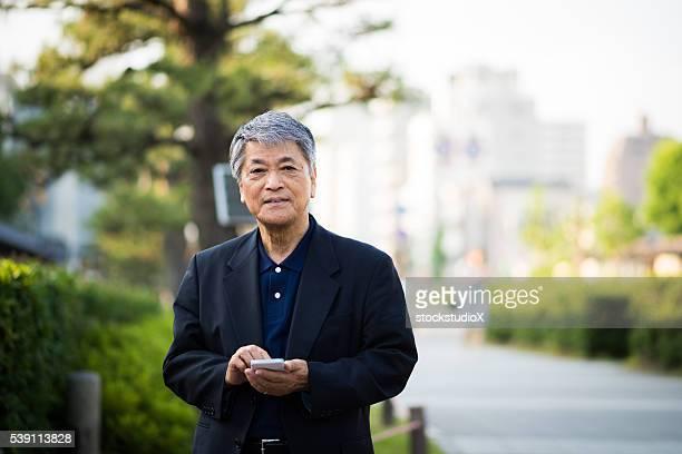日本の老人男性スマートフォン - 60代 ストックフォトと画像