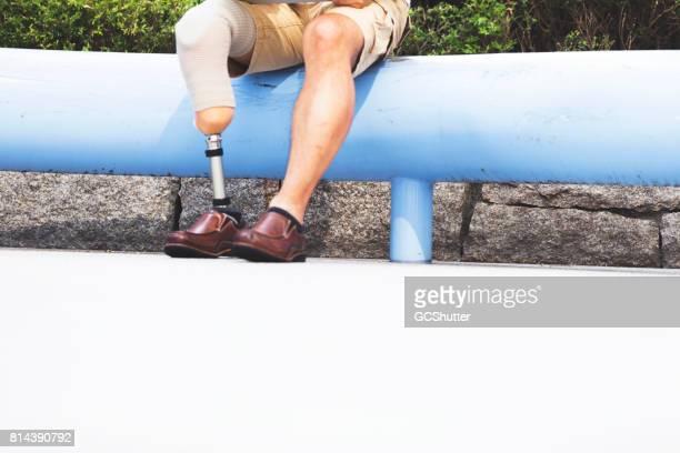 Senior Japanse man met een prothetische been op een openbaar park