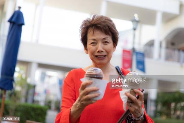 冷たい飲み物をもたらす日本の年配の女性