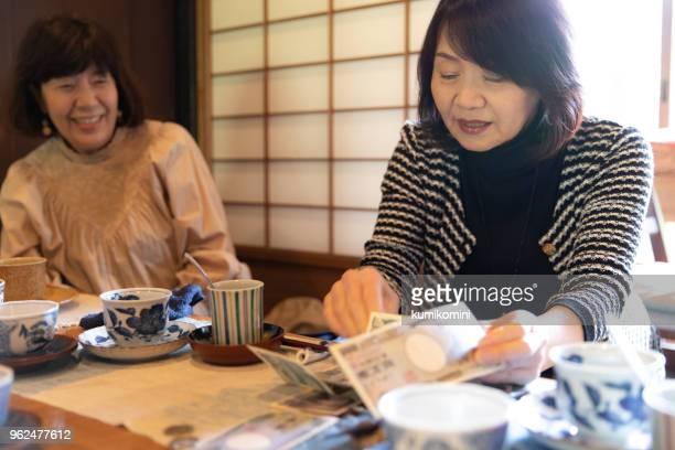 支払いを行うシニアの日本女性