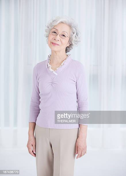 日本の老人女性 - 前にいる ストックフォトと画像
