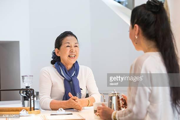 Senior Femme japonaise dans un café servant