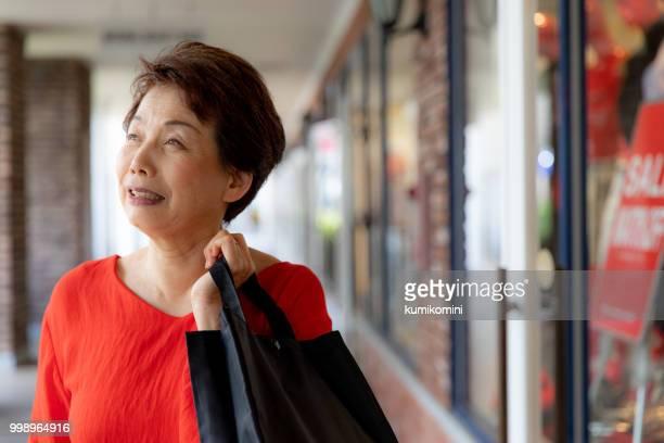 ショッピング年配の日本人女性