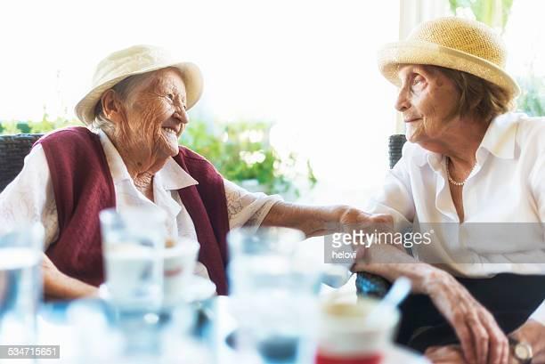 Senior Damen im Café