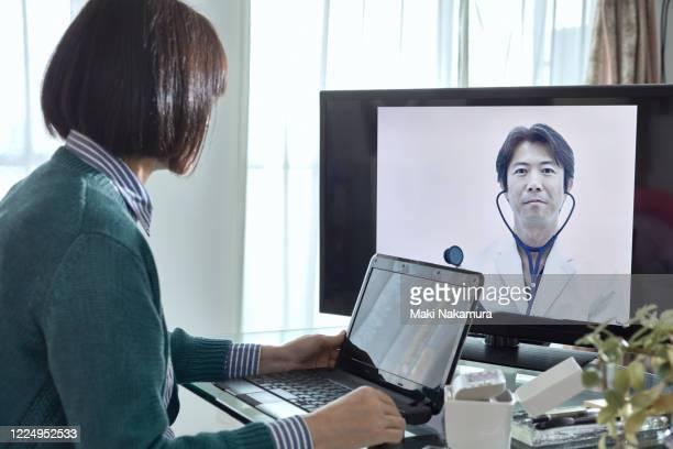 senior lady doing online health consultation. - 医療とヘルスケア ストックフォトと画像
