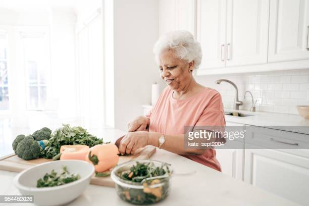 senior de vida - black cook fotografías e imágenes de stock