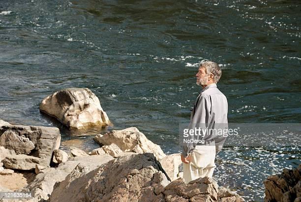 senior hombre en river's edge. - río swift fotografías e imágenes de stock