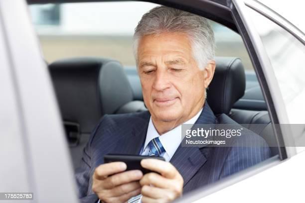 Ältere männliche Geschäftsmann mit Handy
