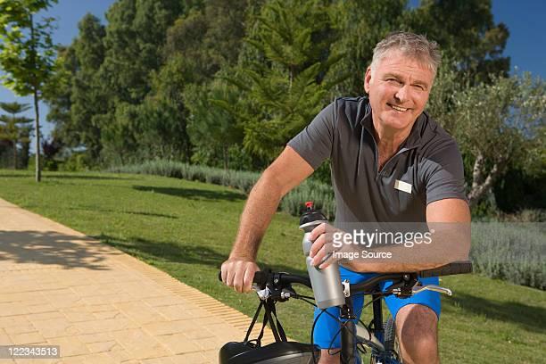 senior mâle cycliste - 65 69 ans photos et images de collection
