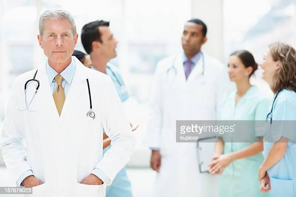 Senior männlichen Arzt in Weiß lab coat