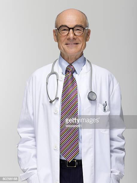 senior male doctor, portrait - stéthoscope photos et images de collection