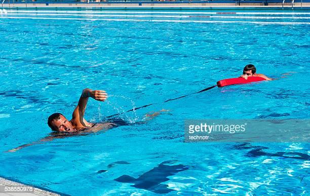 Senior homme maître-nageur dans l'Action de Rescuing
