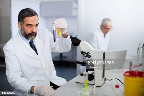 研究室の男性主幹