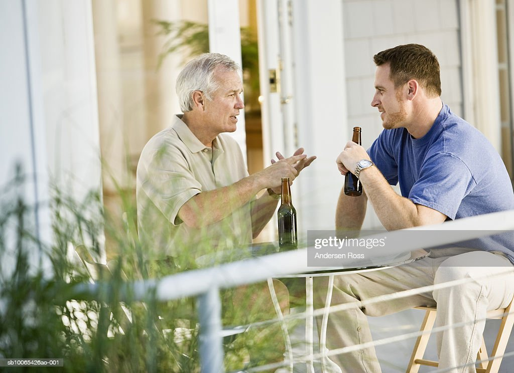 Senior Man and Man drinking Beers and talking : Foto stock