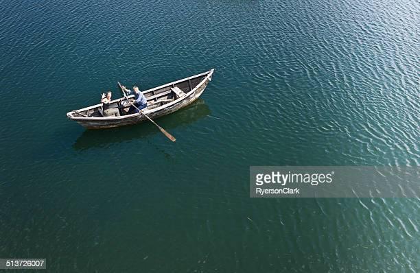 Senior uomo e donna matura in una San Pietro riga in barca.