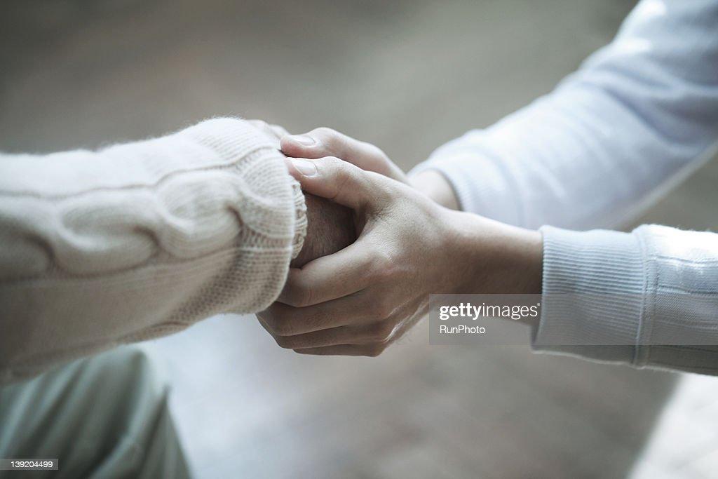 Senior man and son,hands close-up : Stockfoto