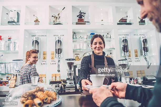 Senior hombre y mujer dos Barista;  Café Trieste, Europa
