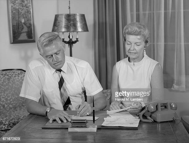 senior man and woman at desk at home - {{relatedsearchurl(carousel.phrase)}} fotografías e imágenes de stock