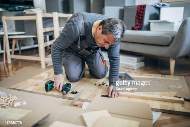 senior mann montage möbel - serbien stock-fotos und bilder