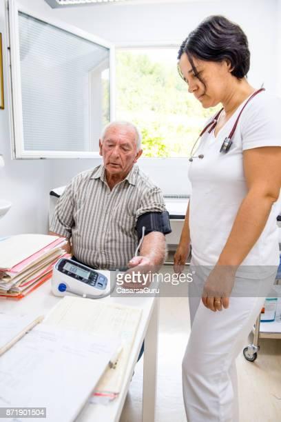 Homme Senior lors de la pression artérielle