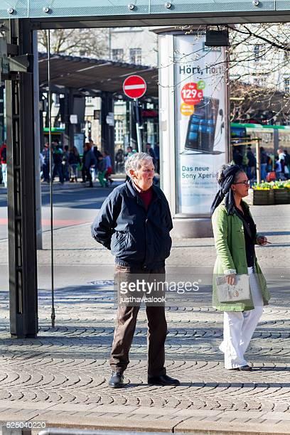 Alter Mann an der Bushaltestelle