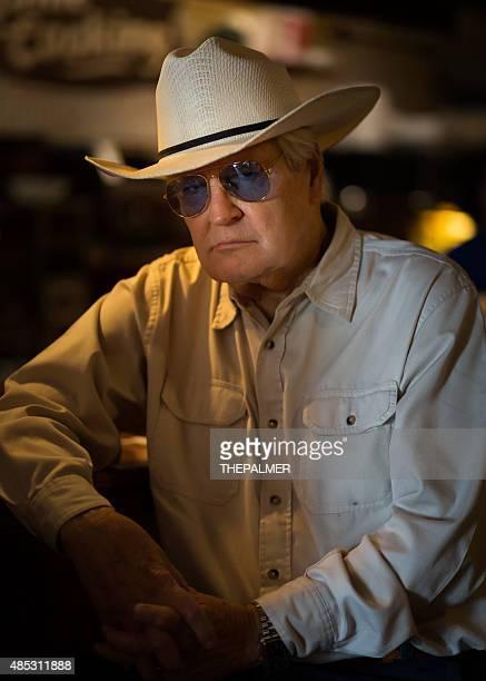 老人男性が彼の fav レストランで - 保安官 ストックフォトと画像