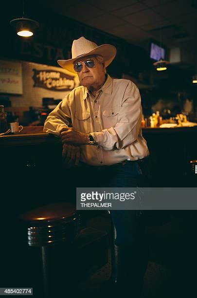 Uomo anziano nel suo ristorante fav