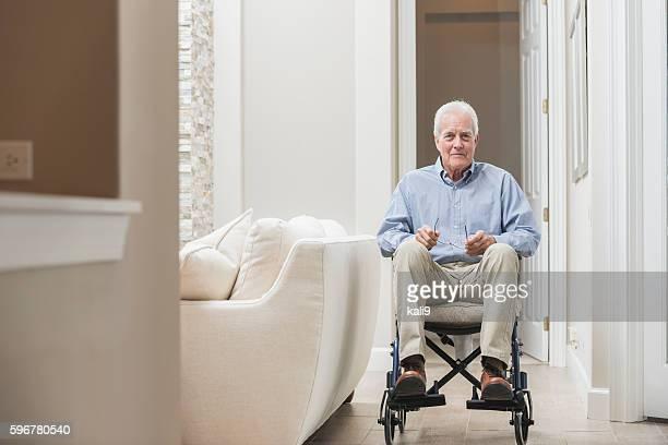 Alter Mann zu Hause in einem Rollstuhl