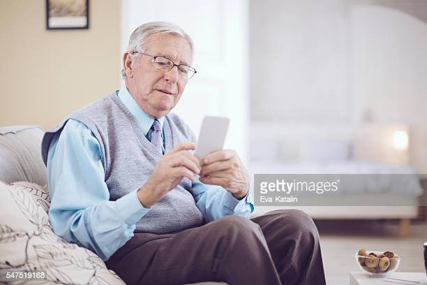 Alter Mann zu Hause fühlen