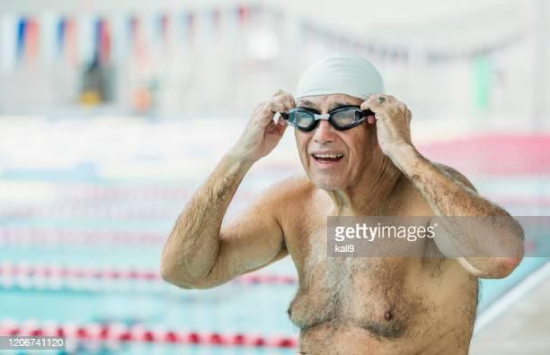 ラップを泳ぐ準備をしているスイミングプールのシニア男性 - スポーツ用語 ラップ ストックフォトと画像